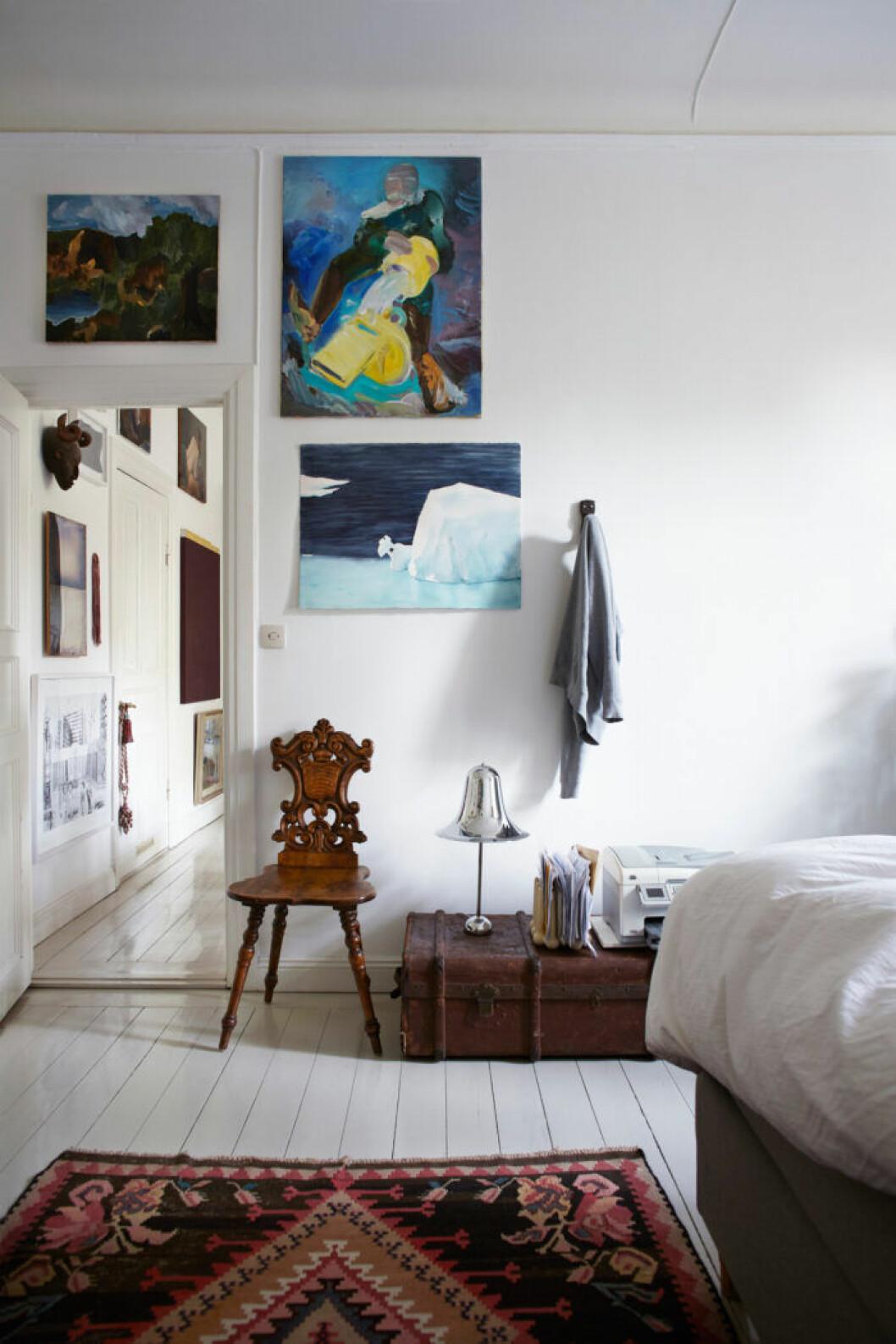 Konst i sovrummet hos Jakob Solgren och Gustav Nordenskiöld