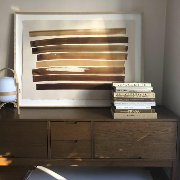 Konstverk med närmast lysande nyanser av brunt i fokus av Josephine Aune.