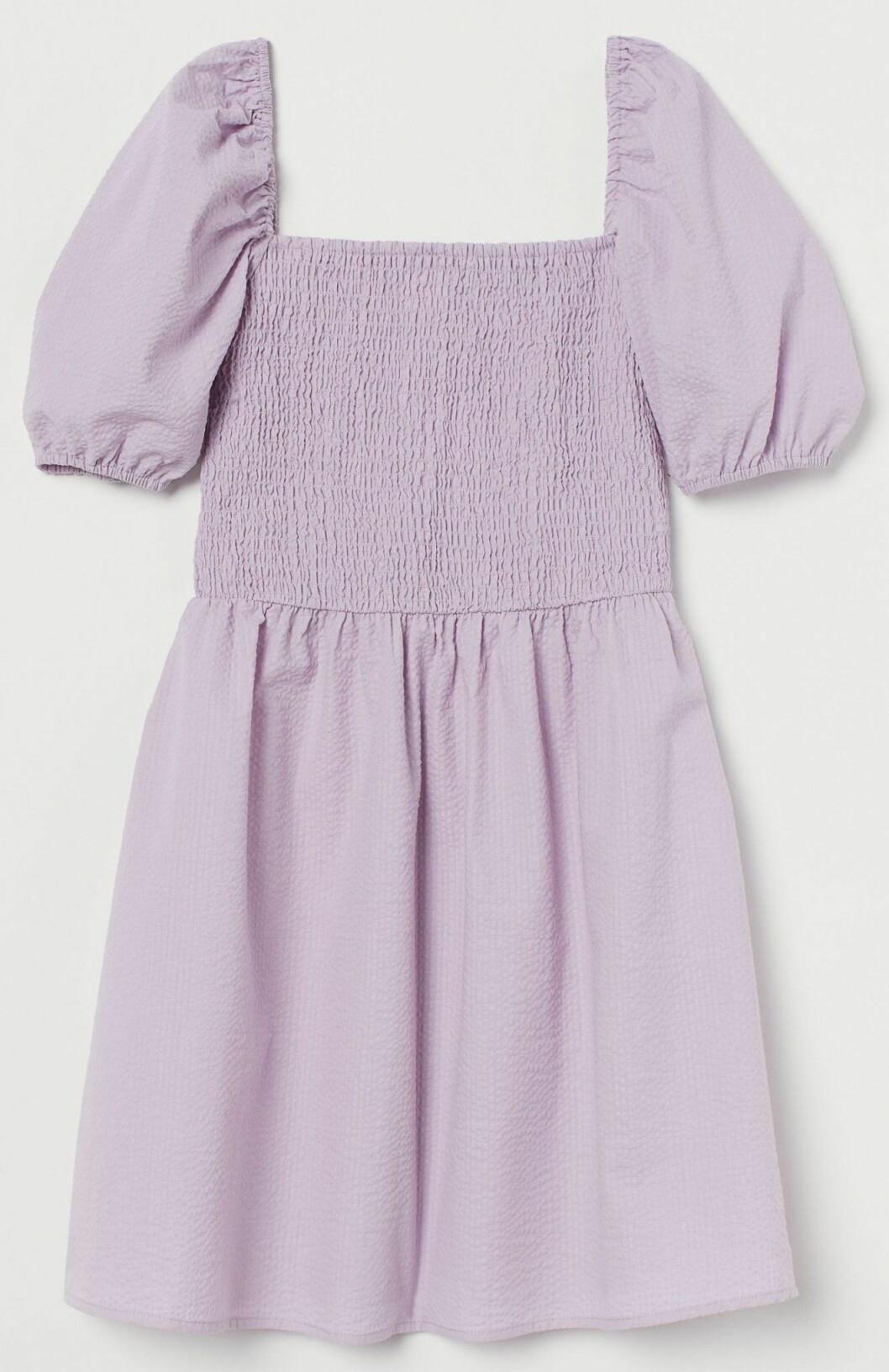 lavendelila klänning med puffärmar från H&M.