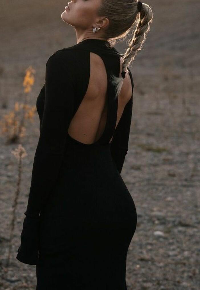 Kort långärmad klänning med dekorativa detaljer och djup rygg från Angelica Blick x Na-kd.