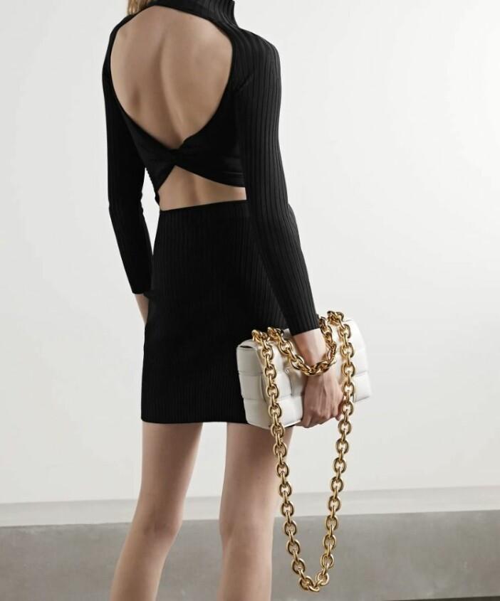 Kort ribbstickad klänning från Dion Lee med djup rygg.