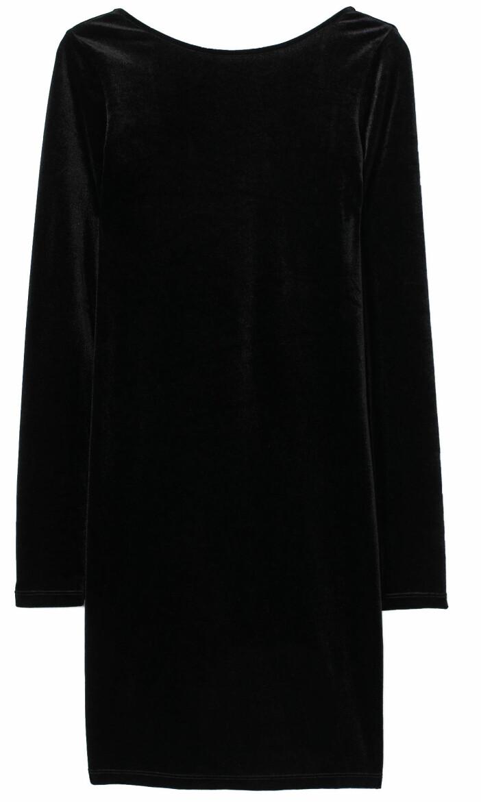 Kort sammetsklänning från H&M med djuprygg och dekorativ pärldetaljer baktill.