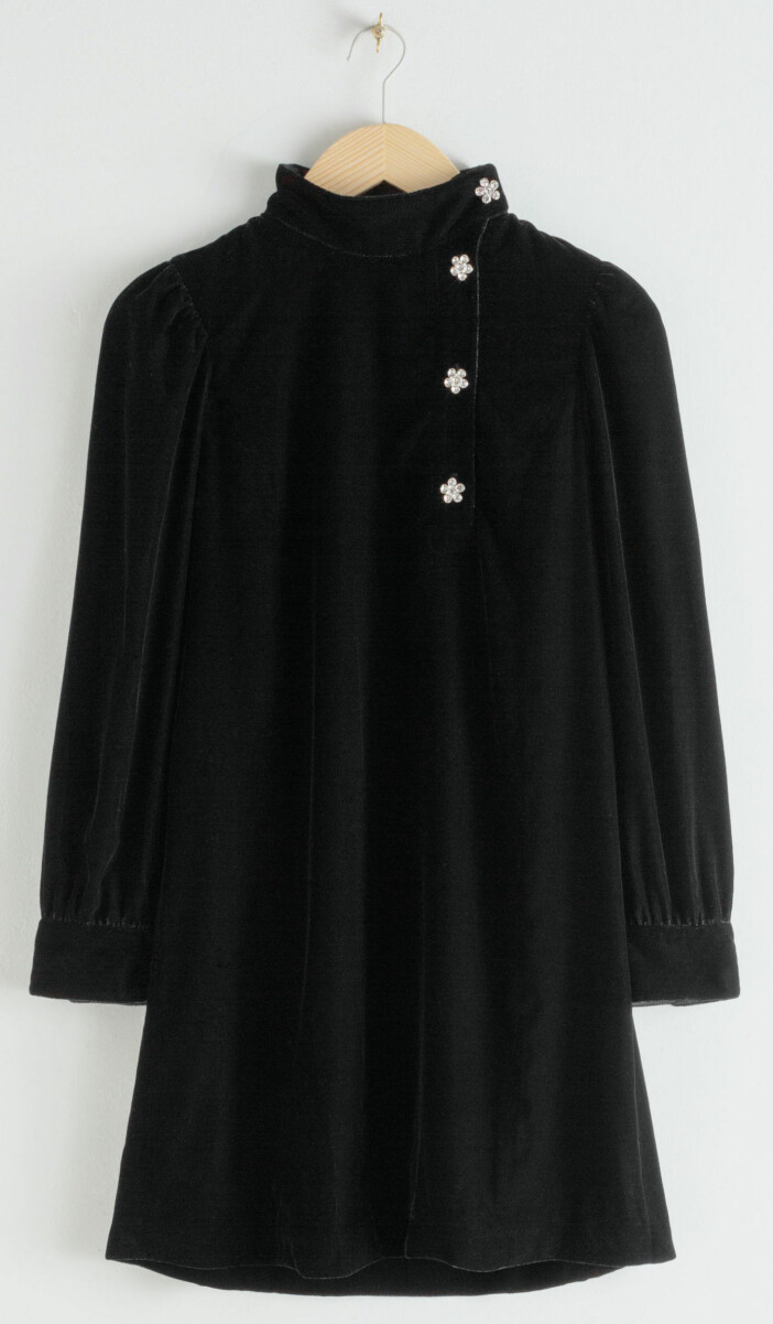 Kort sammetsklänning med strassdetalj från & other stories.