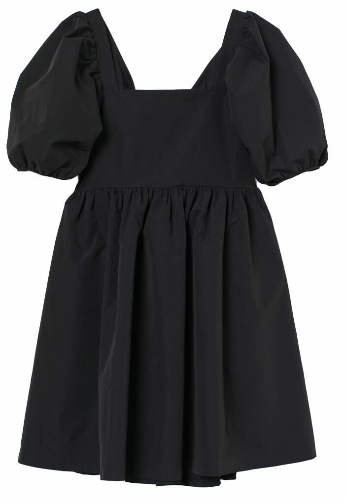 Kort volangklänning med puffärmar och dekorativ rygg från H&M.