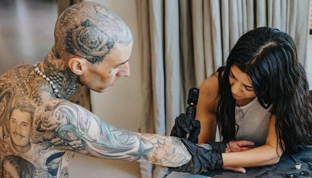 """""""Jag älskar dig"""", lyder tatueringen."""