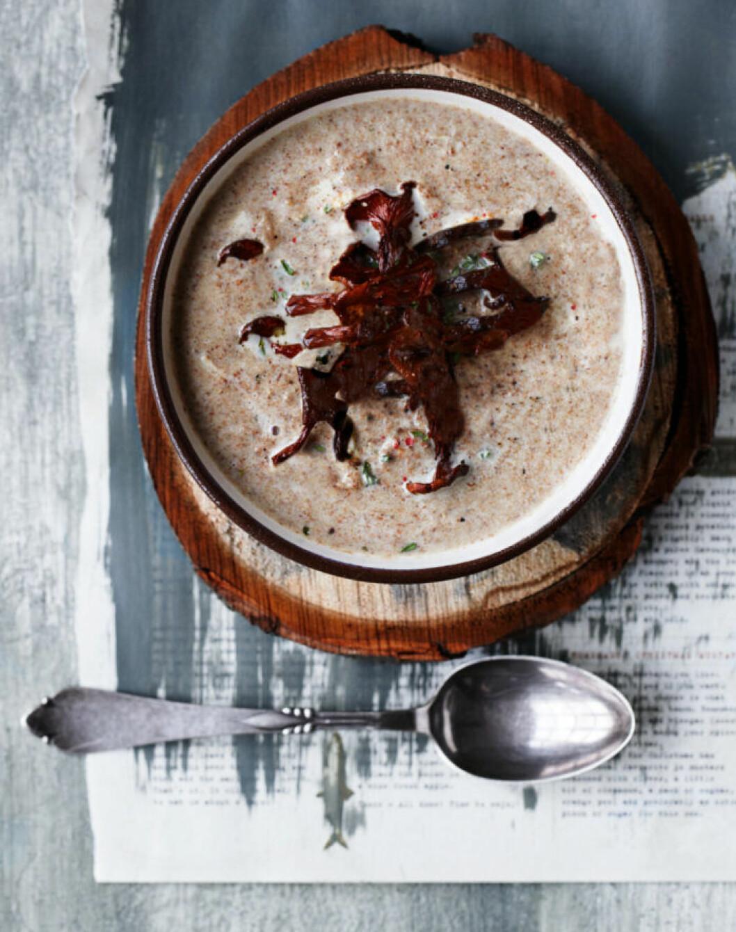 Recept på krämig trattkantarellsoppa med syrad grädde