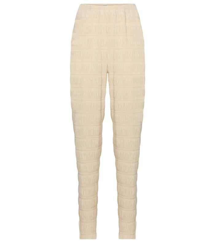 Krämvita byxor med plisserade drag som matchar överdelen. Bär som set eller till en stickad beige tröja