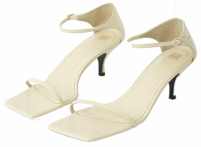 Krämvita nätta sandaletter från Totême