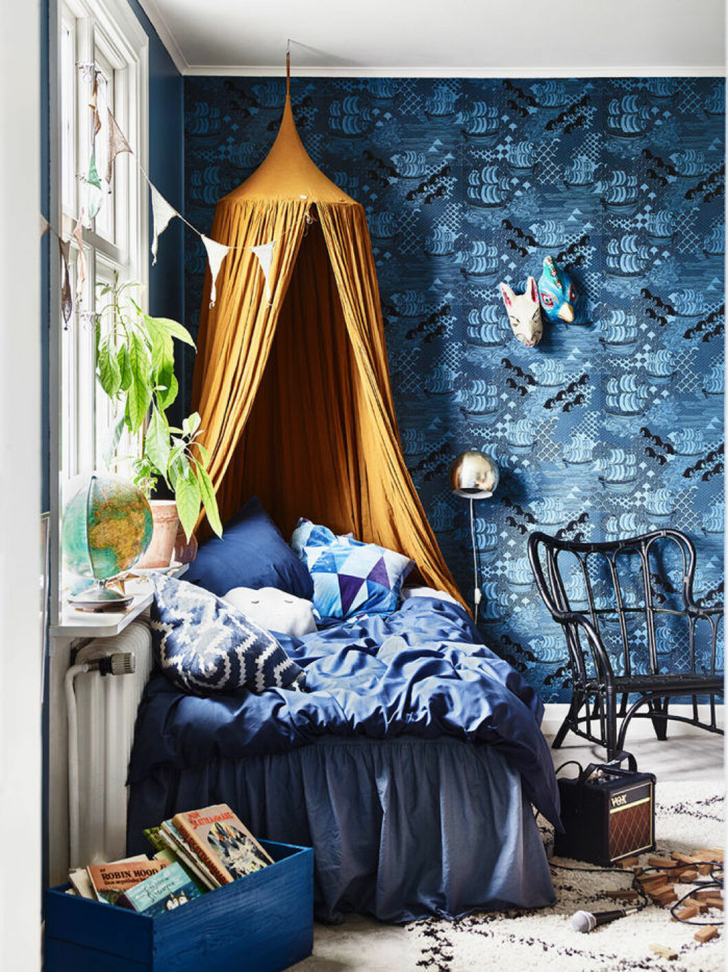 Barnrum med blå stormönstrad och lekfull tapet