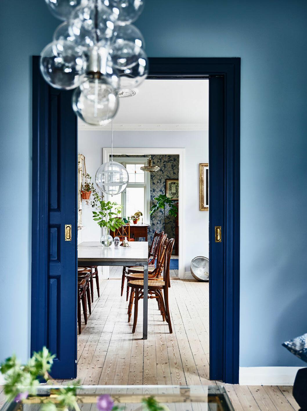 Tre rum ligger i fil och är alla målade eller tapetserade i blå toner. Skjutdörren som är  målad i Dark Dijon från Nordsjö blir ett utrops-tecken i hemmet  och knyter ihop rummen.
