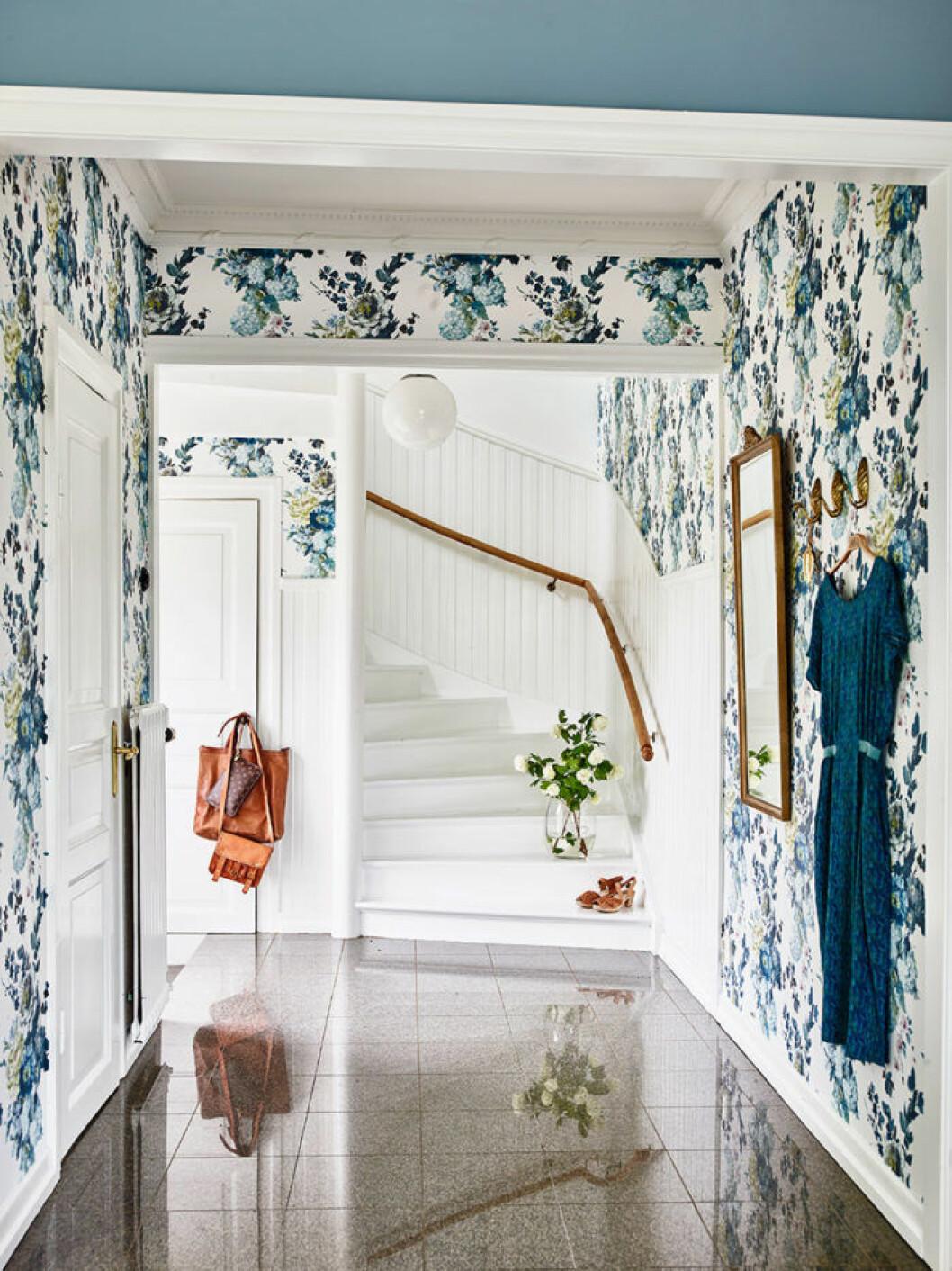 Färgglada väggar och blommiga tapeter