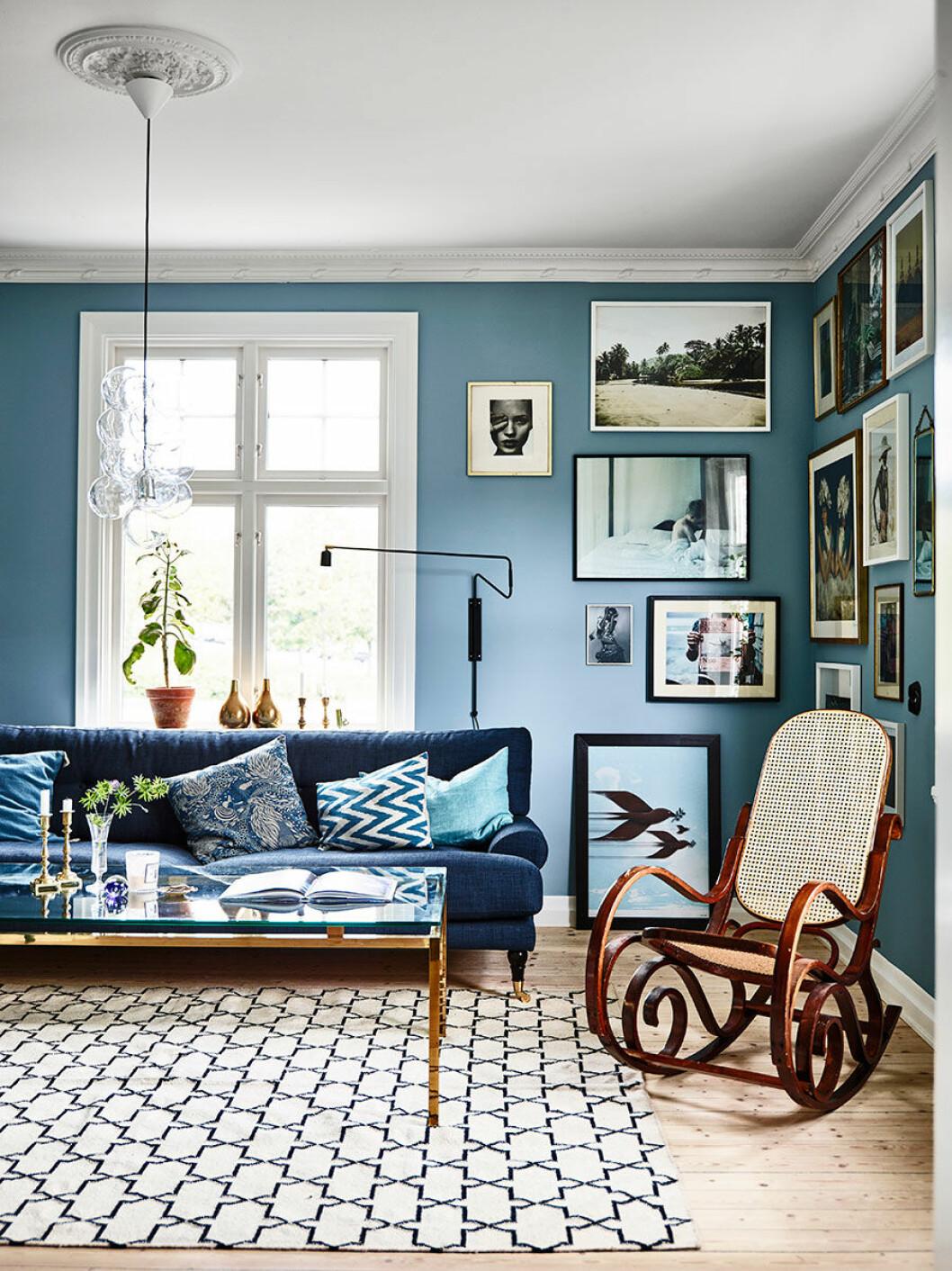 Soffan är inköpt på The Sofa Store,  matta från Chhatwal & Jonsson/ Studio Pompone. Både gungstolen och soffbordet har Jonas hittat hos Bukowskis och de båda lamporna  kommer från butiken More Furniture  i Varberg. Väggarna pryds av Kristins egna bilder, utrivna tidnings- sidor och foton tagna av vänner.