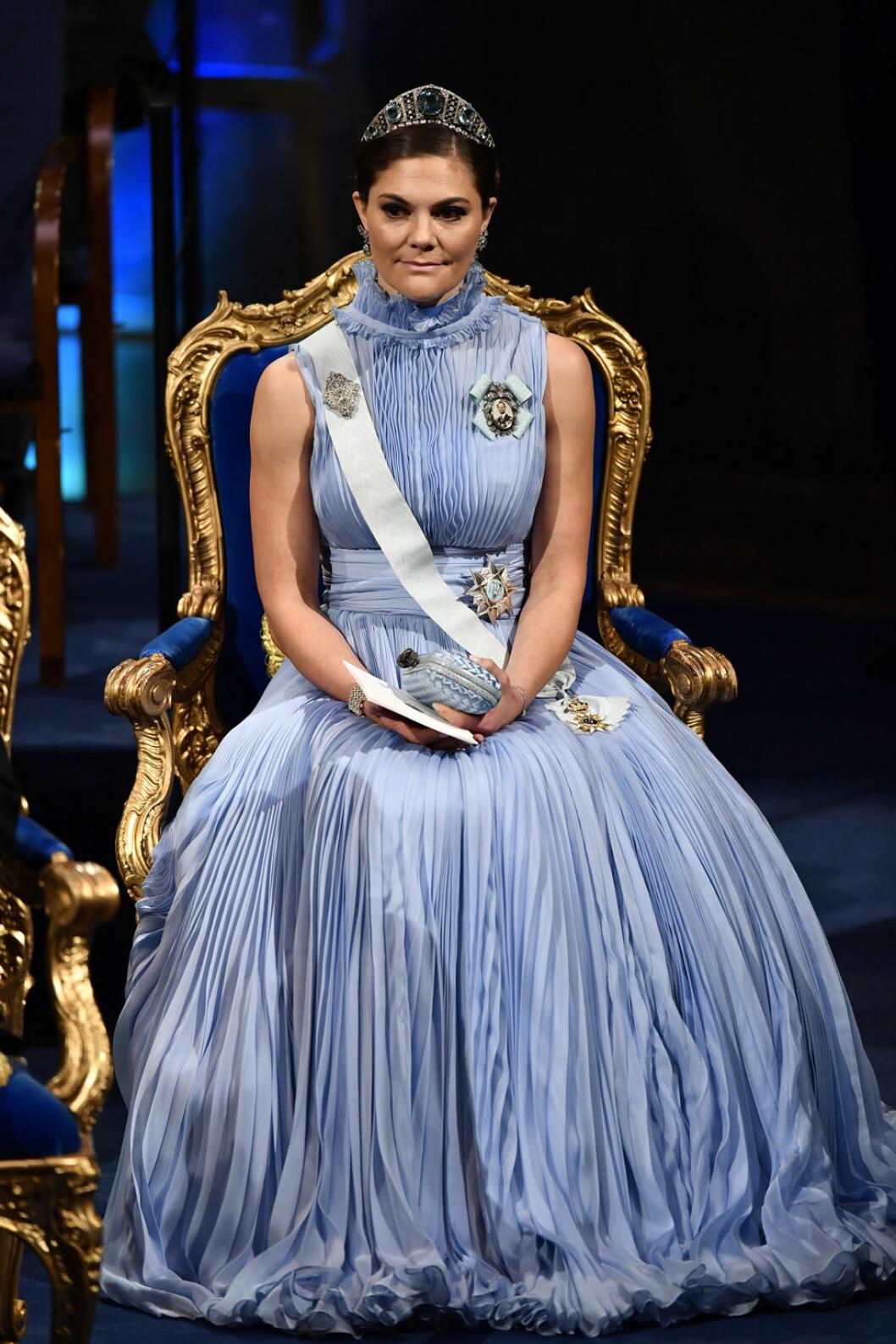 Kronprinsessan Victoria i en blå klänning av Jennifer Blom.