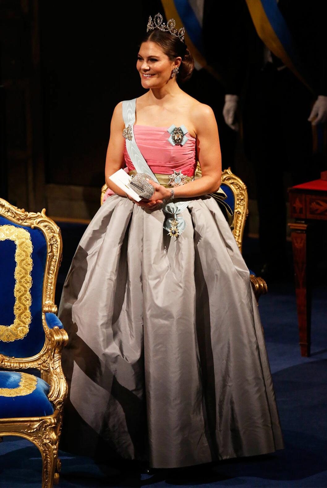 Kronprinsessan Victoria i samma klänning som hennes mamma, Drottning Silvia, bar på Nobel 1995.