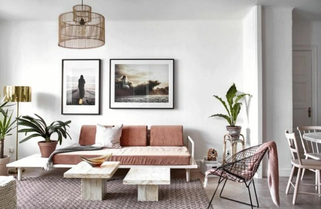 Snyggt vardagsrum i ljusrosa toner