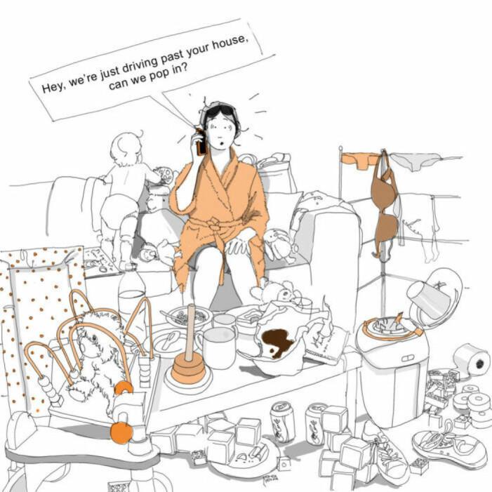 Kvinna i soffan som har oreda runt omkring sig i form av barnleksaker, tvätt och disk