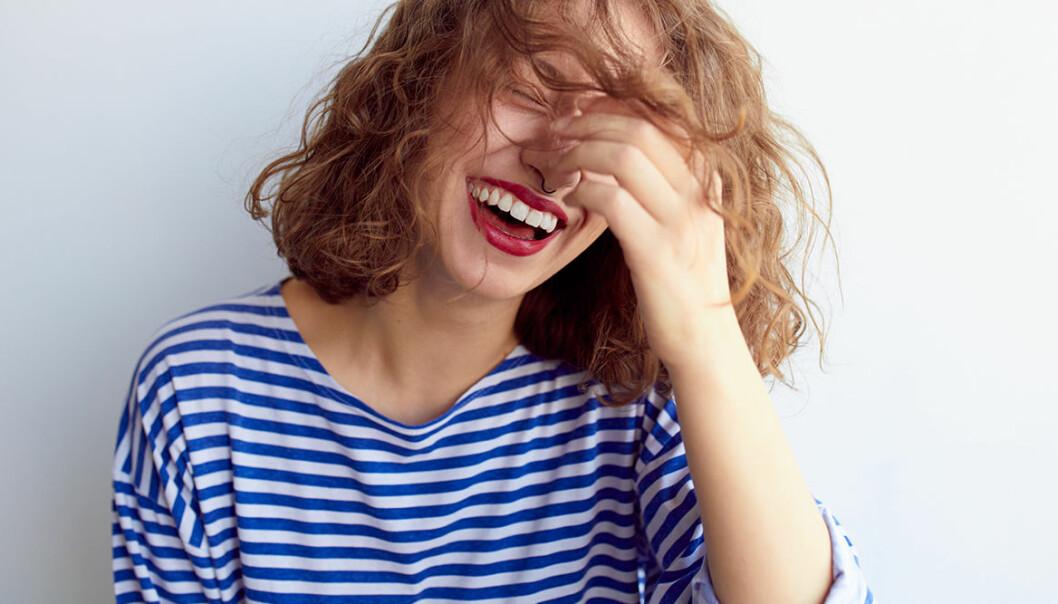 Kvinna skrattar och är lycklig