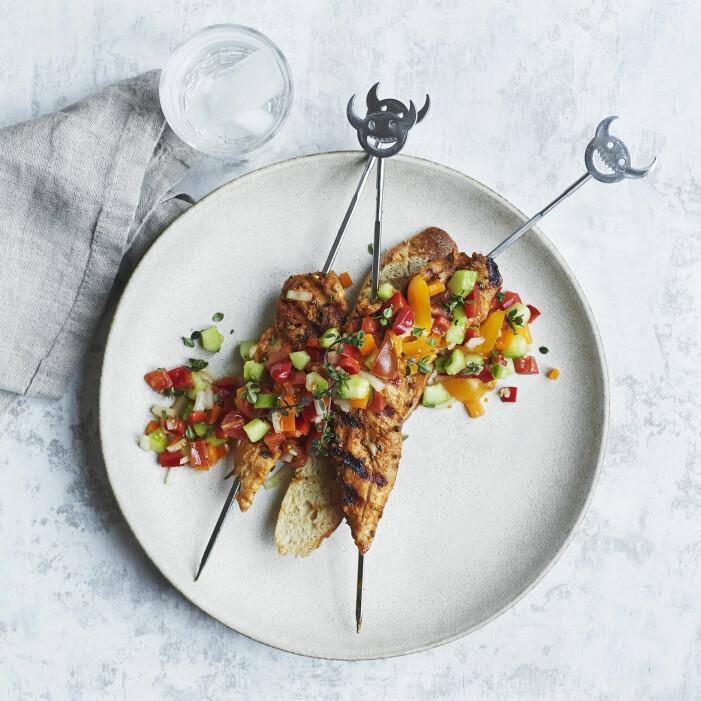 Så grillar du kycklingspett med tomat- och papriksalsa
