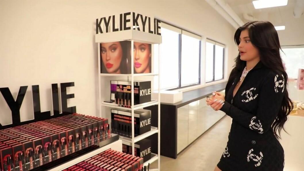 Kylie Jenner står framför smink av märket Kylie Cosmetics