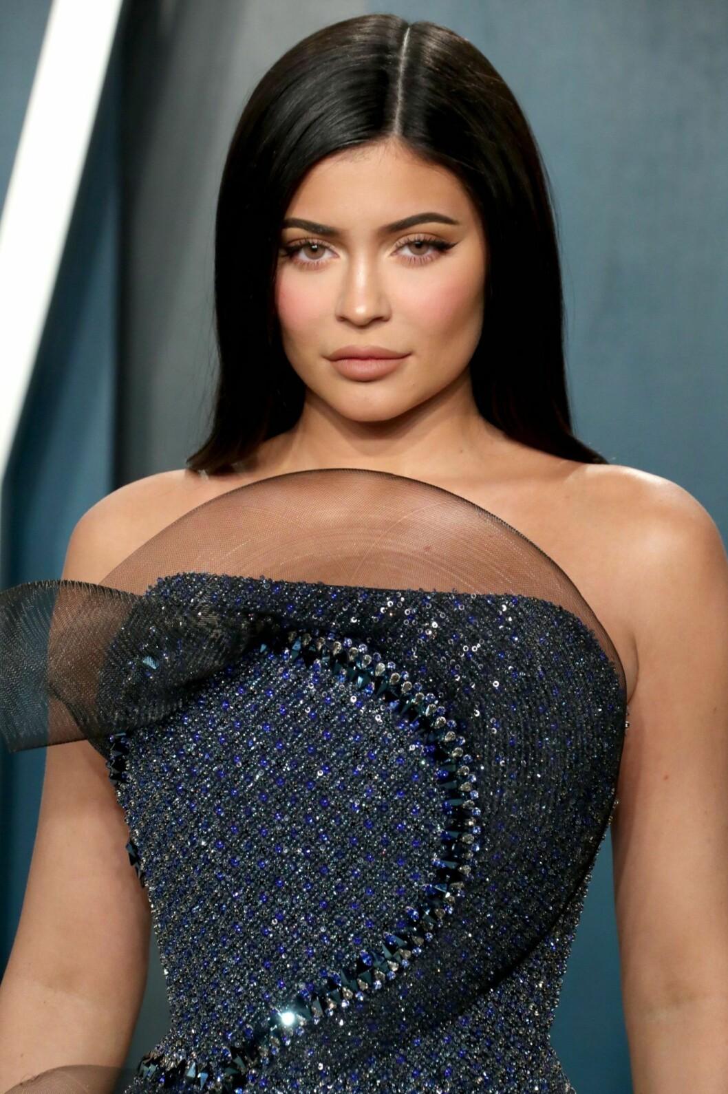 Kylie Jenner i mörkblå klänning