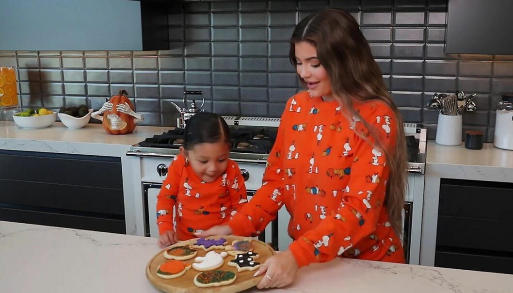 Kylie Jenner tillsammans med dottern Stormi