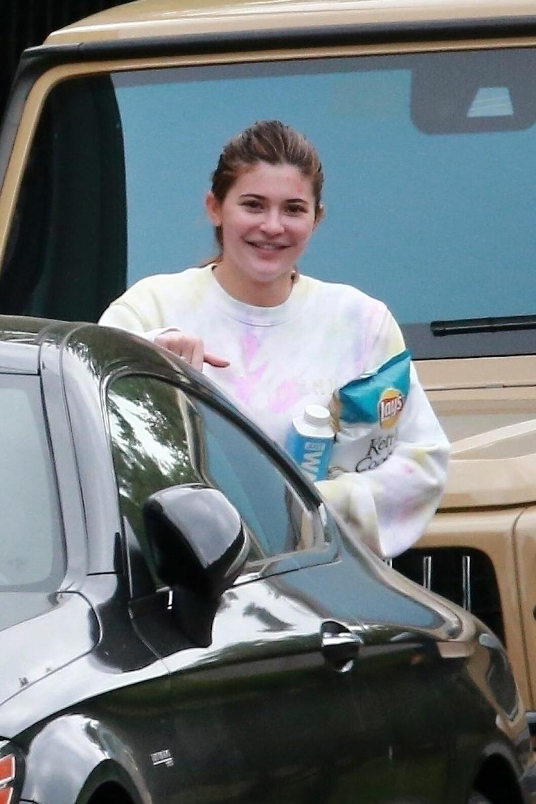 Kylie Jenner utan smink handlar chips