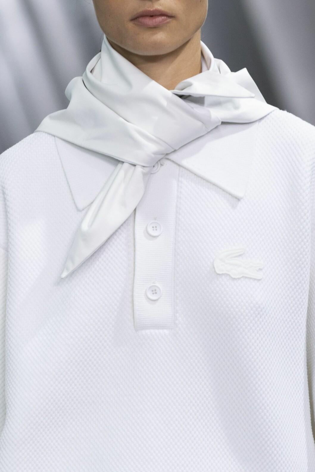 Bär vitt i sommar. Lacoste visar vägen.
