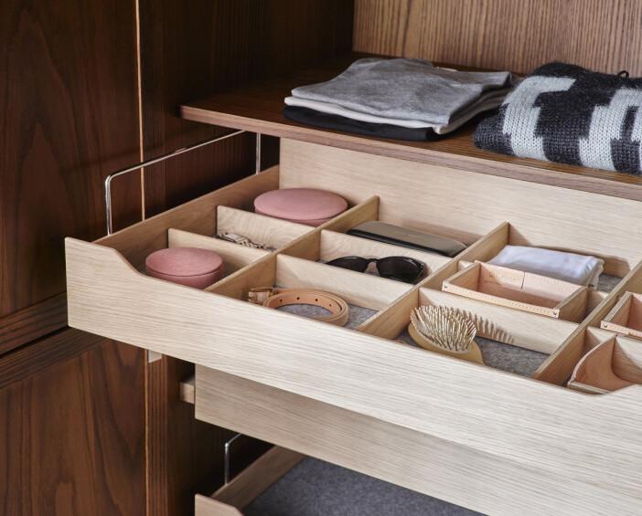 Låda med små fack i garderob för de mindre accessoarerna