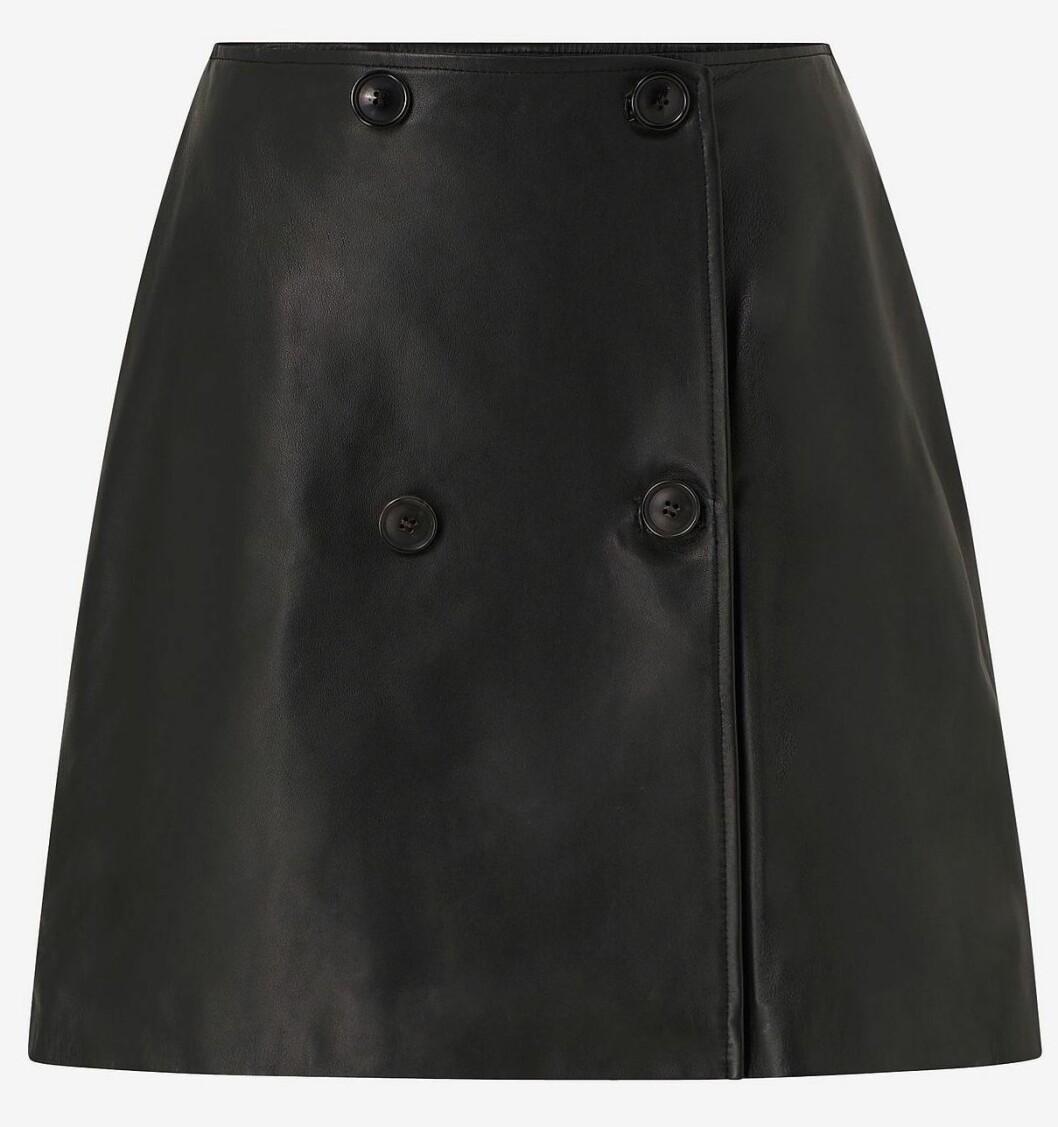 Kort läderkjol med knappar från Selected femme