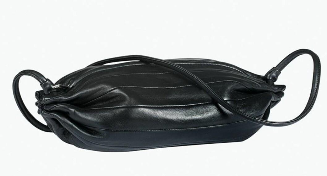 Svart läderväska från Marimekko.