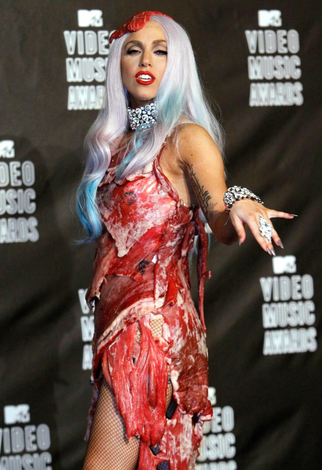 Lady Gaga i köttklänning