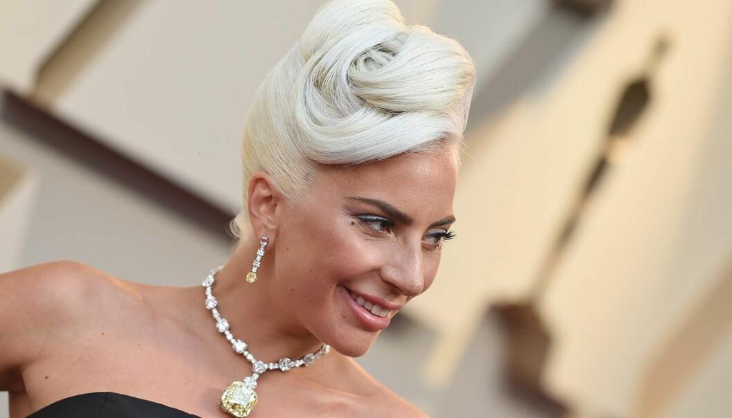 Lady Gaga i uppsatt blondt hår och stort halsband