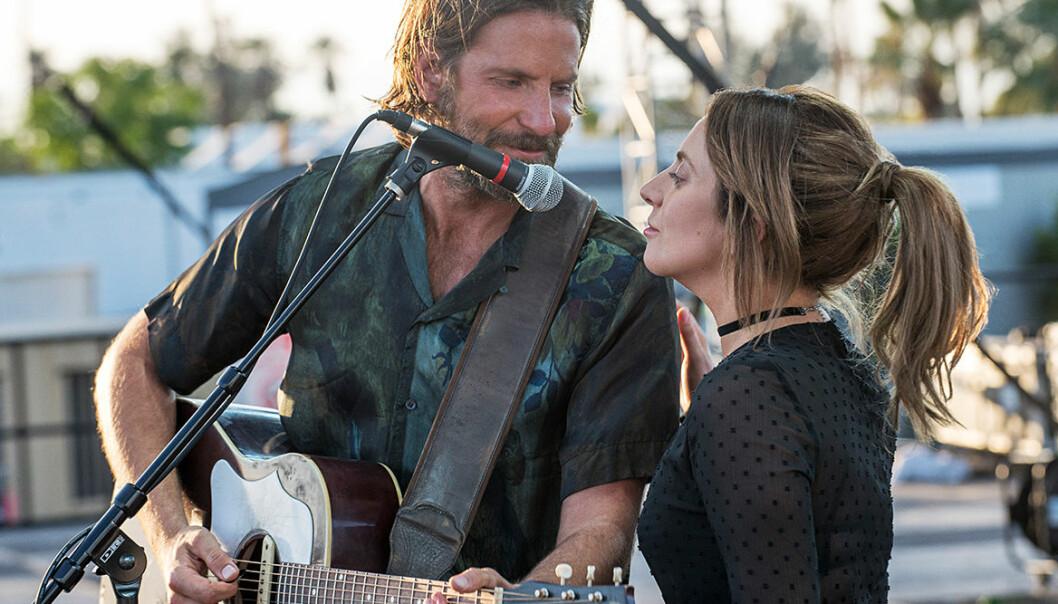 Lady Gaga och Bradley Cooper uppträder med Shallow