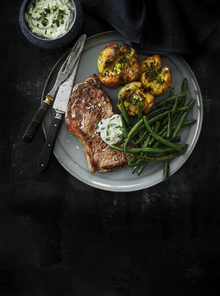 Laga entrecote med med smashad potatis, bönor och kall bearnaisesås