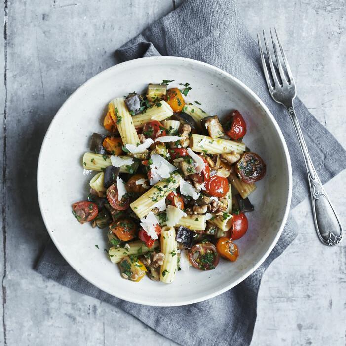 Laga rigatoni med aubergine, körsbärstomater och valnötter