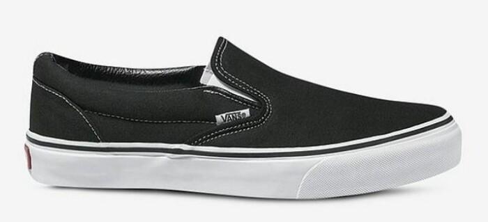 Låga slip-in sneakers från Veja i klassiskt svart.