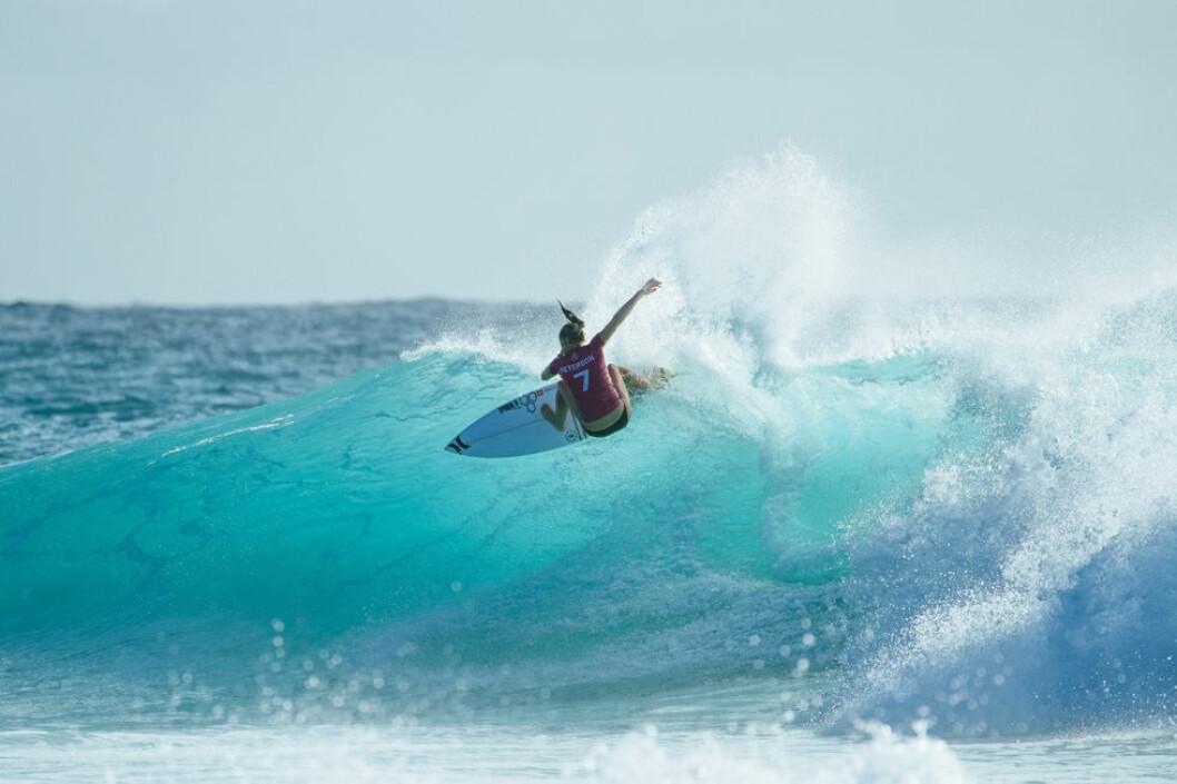 Lakey Peterson surfar i Australien.
