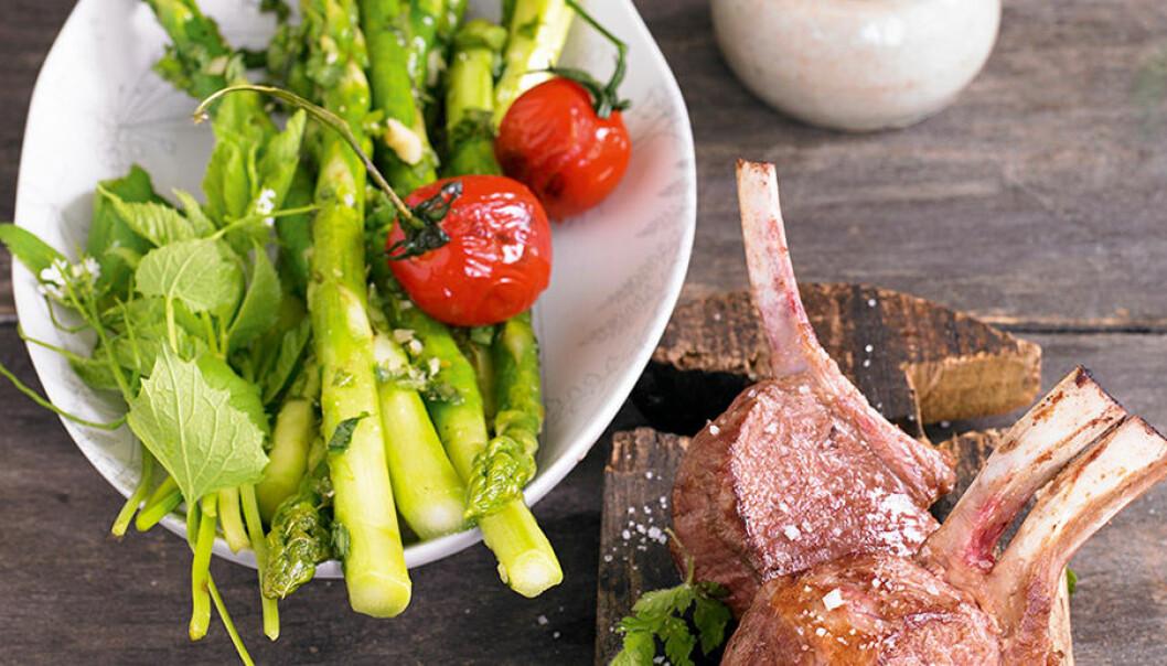 Lammkotletter med kirskålspesto, sparris och tomater.