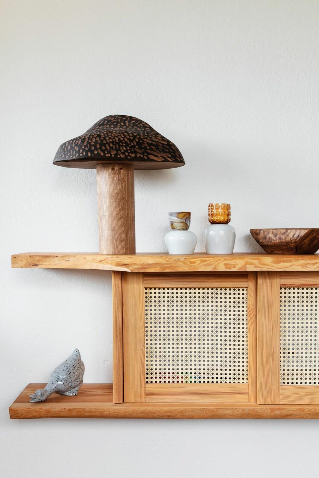 Stilleben med vaser och hylla i rotting hemma hos träkonstnären i Stockholm
