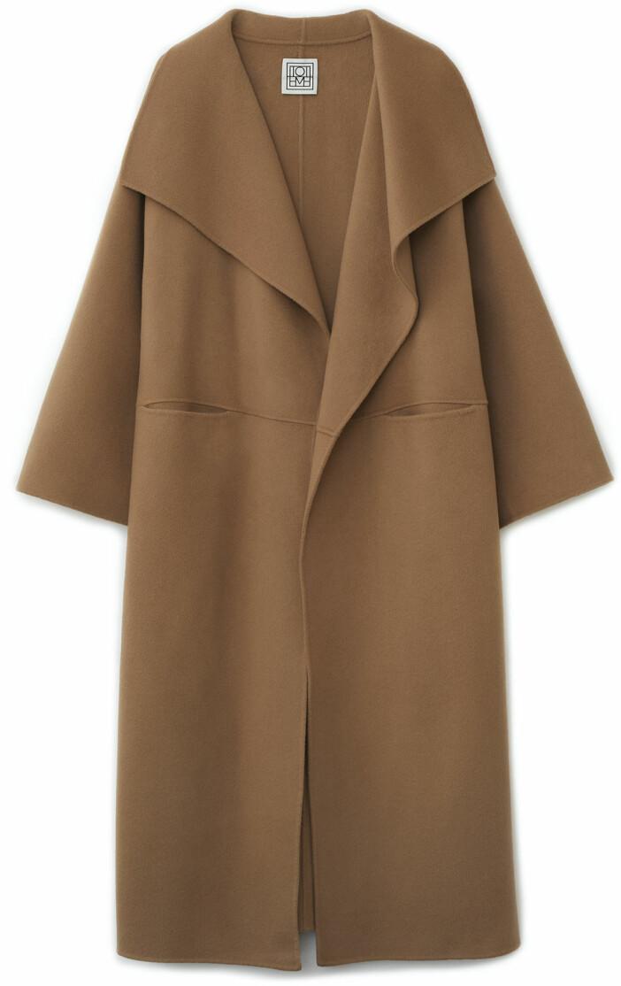 Lång oversized kappa i beige från Totême.