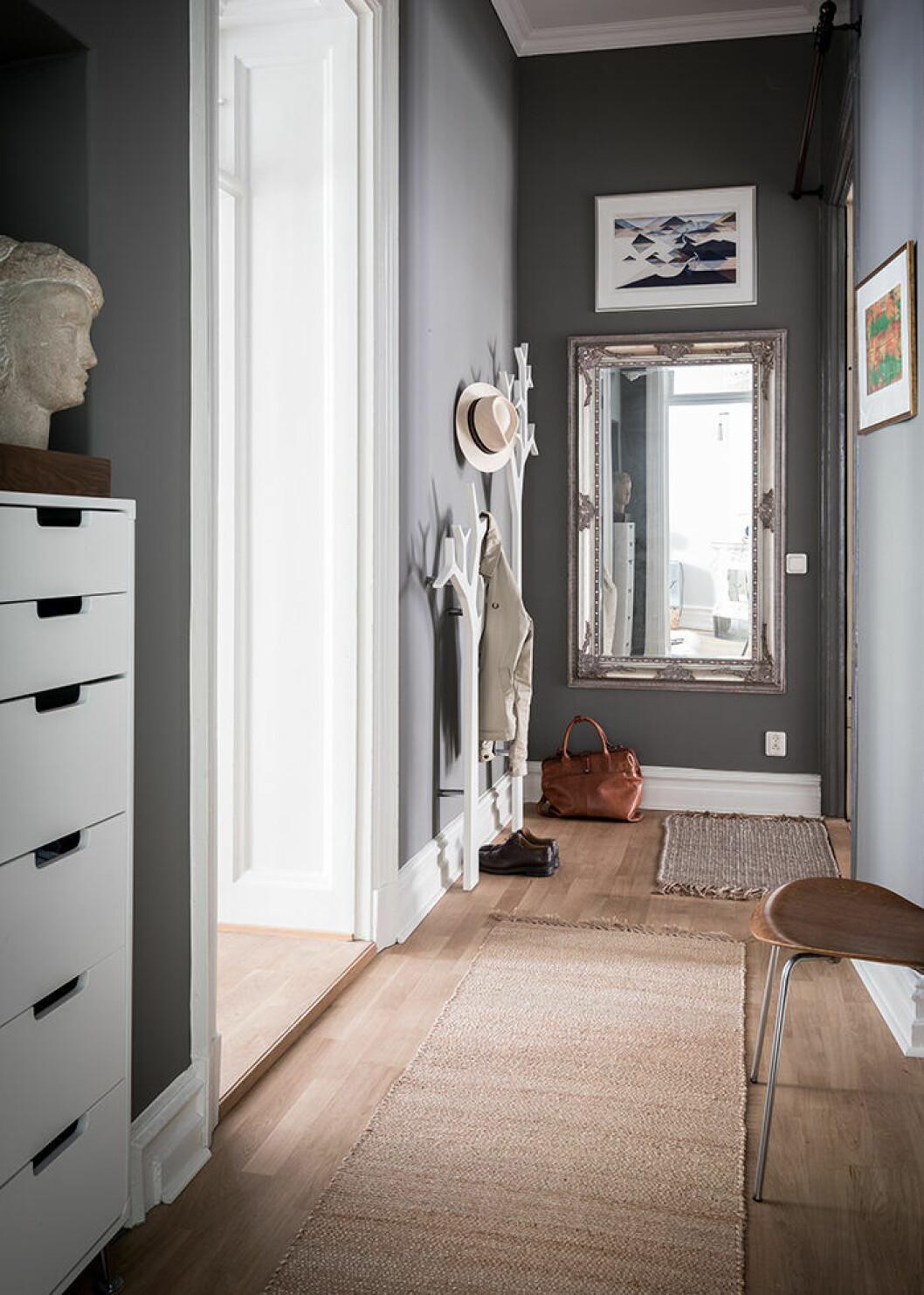Snygg hall med dörrmattor och smart förvaring