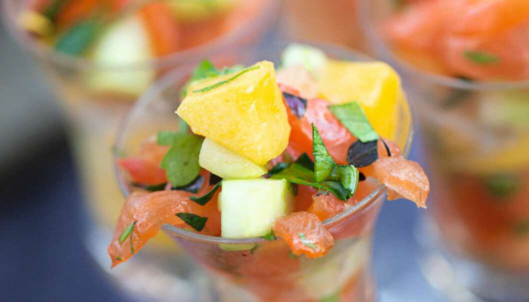 Laxceviche med mango, gurka och koriander.