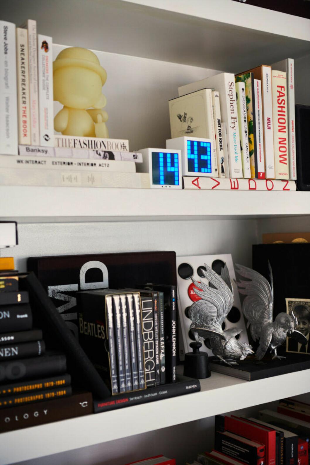 Modeböcker hos modedesignern Lee Cotter i lägenheten i Stockholm