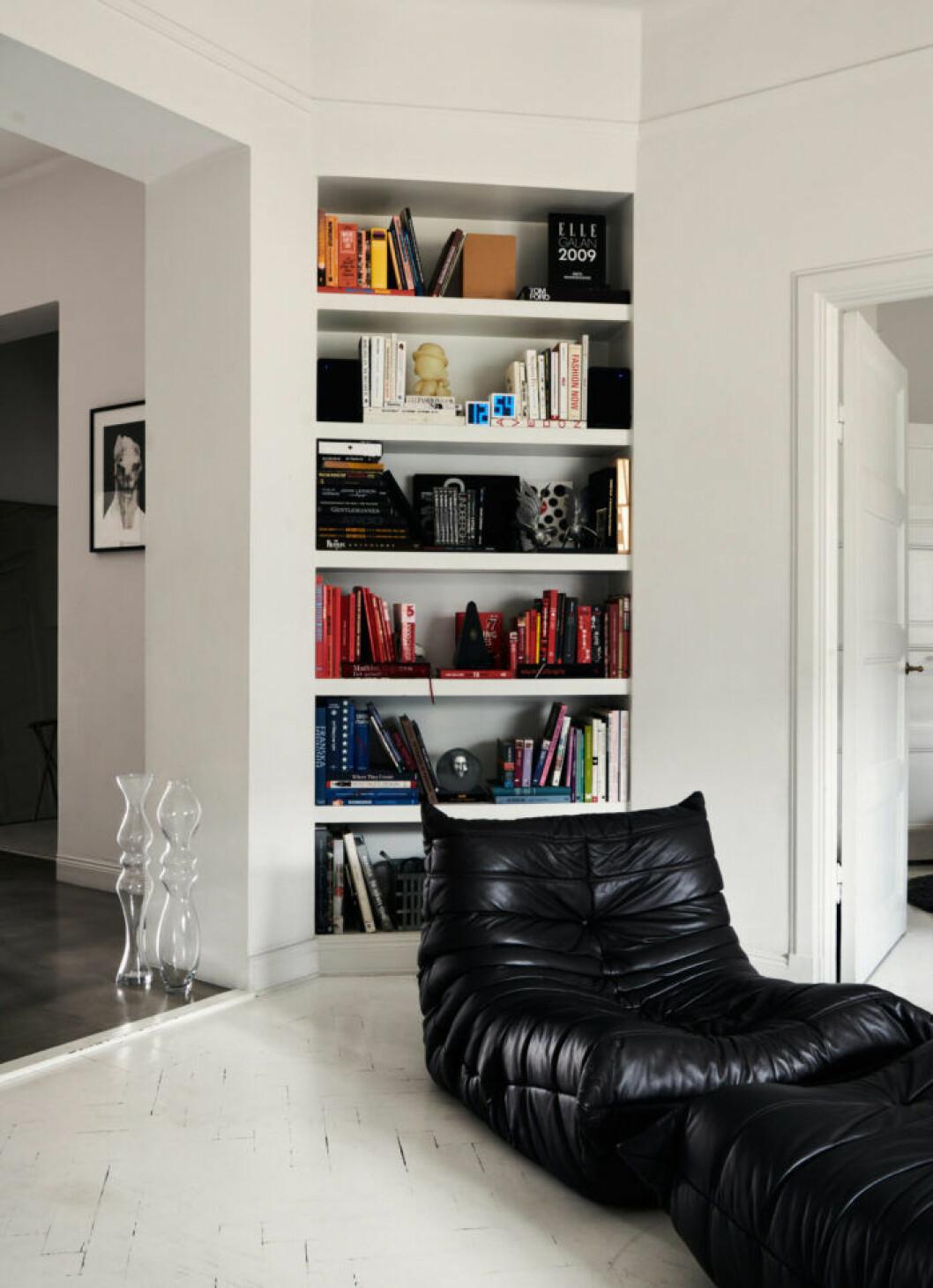 Platsbyggd bokhylla hos modedesignern Lee Cotter i lägenheten i Stockholm
