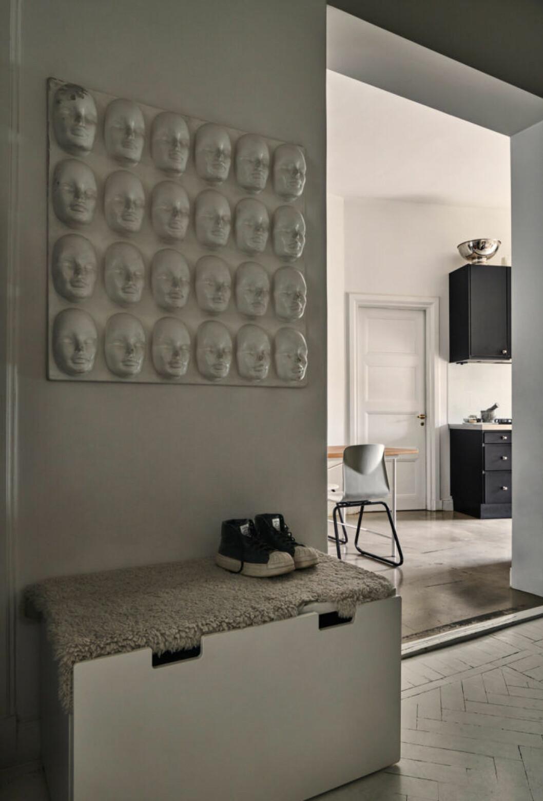 Gråmålad hall hos modedesignern Lee Cotter i lägenheten i Stockholm