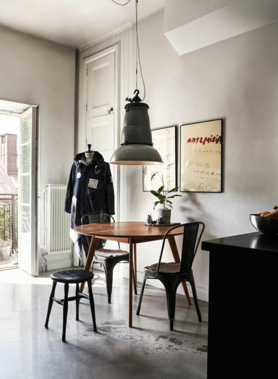 Stilrent kök hos modedesignern Lee Cotter i lägenheten i Stockholm