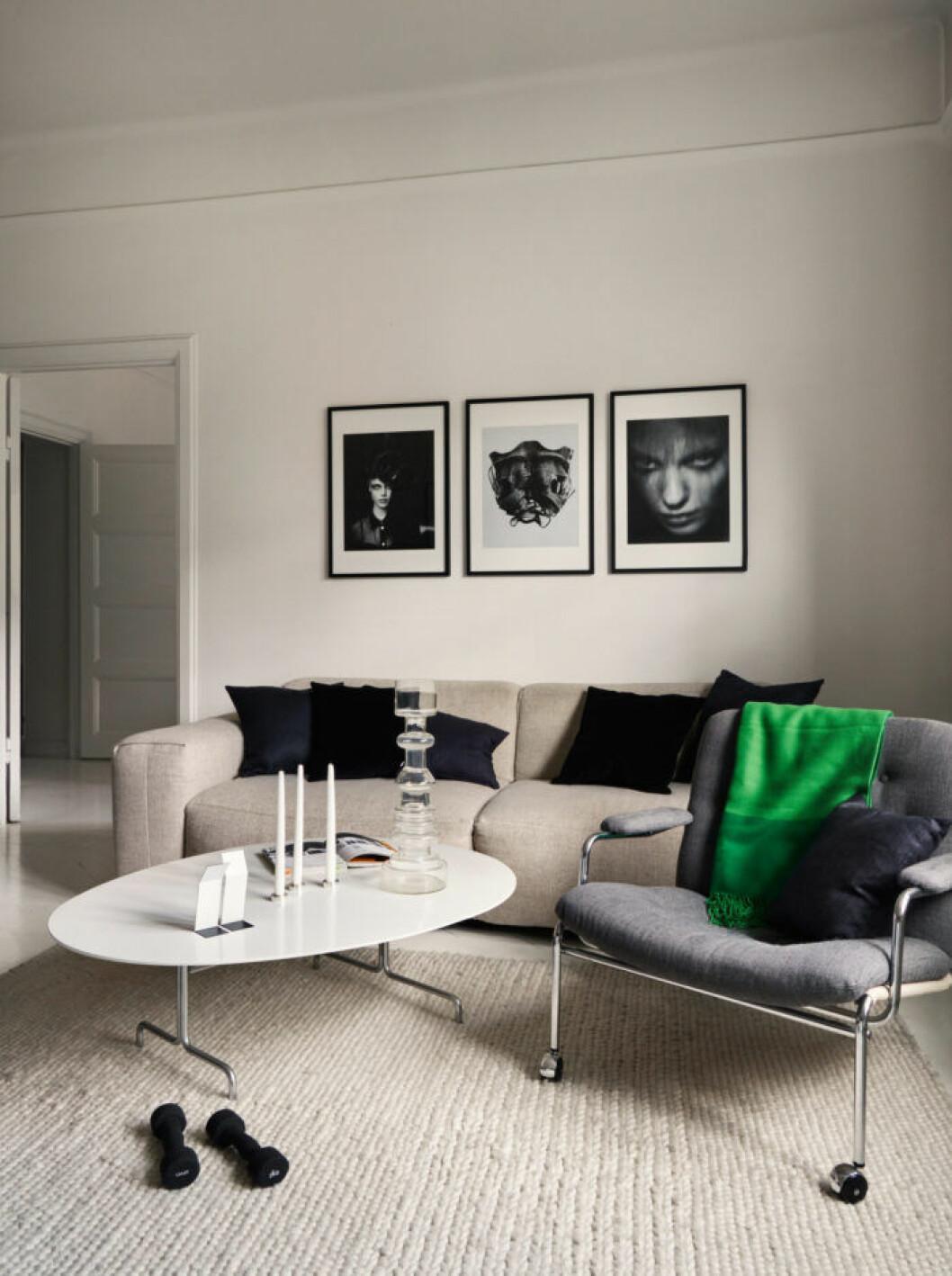 Vardagsrum i gråa toner hos modedesignern Lee Cotter i lägenheten i Stockholm