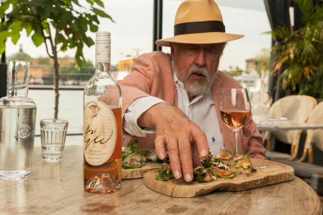 Leif GW Persson unnar sig gärna både ett och två glas av sitt rosévin.