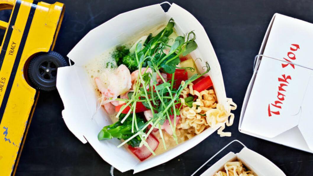 Snabb nudelsoppa med grönsaker och räkor.