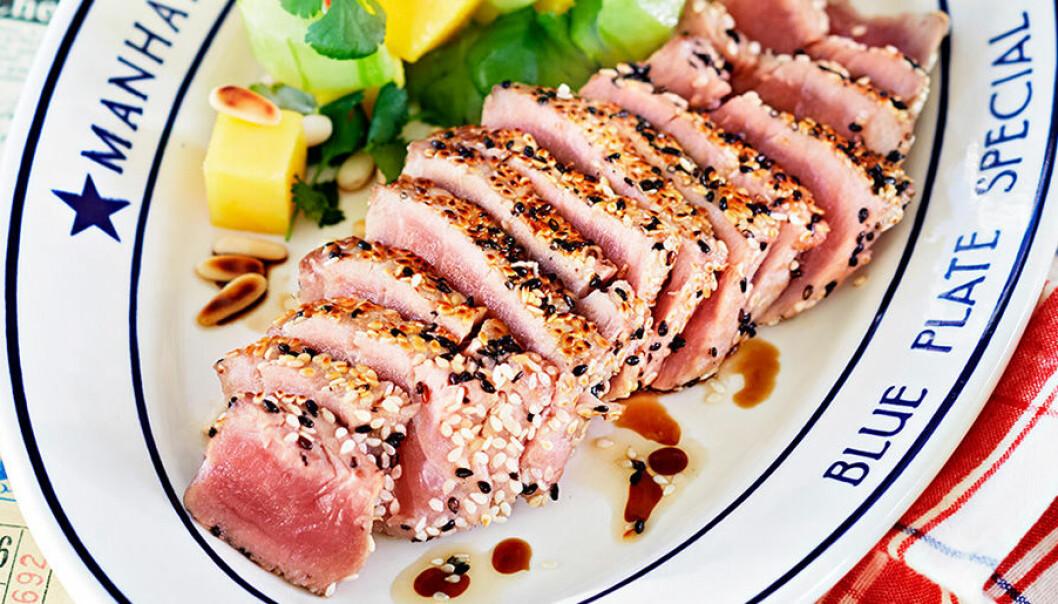Leilas halstrade tonfisksashimi med avokadosallad.